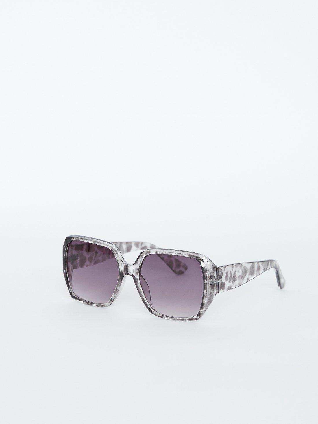 Солнцезащитные очки квадратной формы