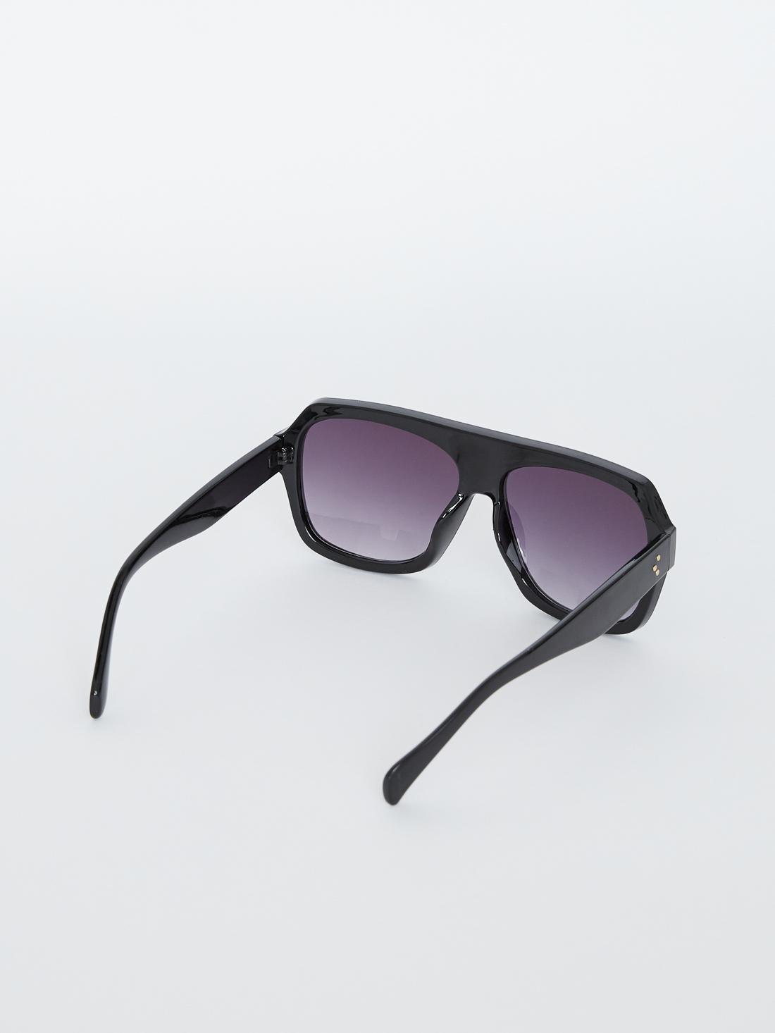 Солнцезащитные очки в пластмассовой оправе
