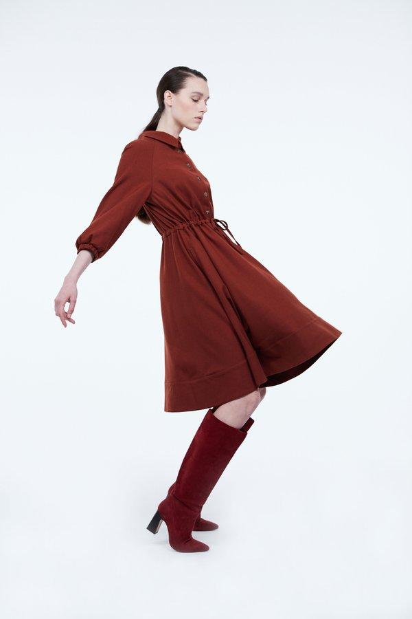 Платье с контрастными пуговицами
