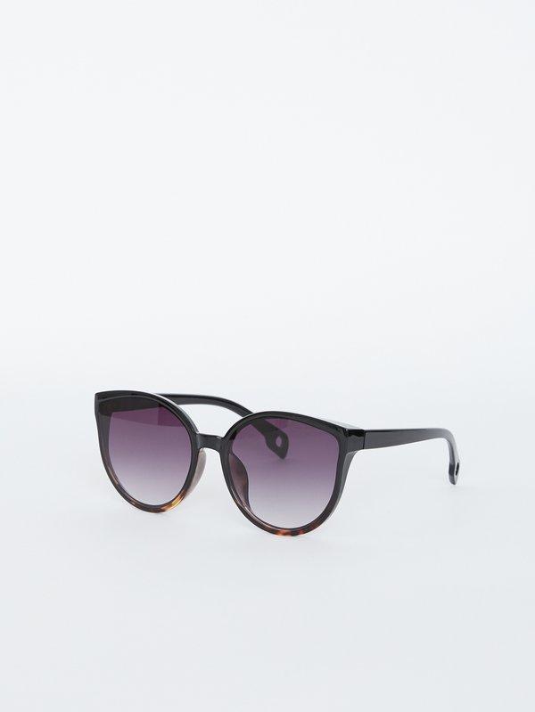 Солнцезащитные очки с градиентом на линзах вид сзади