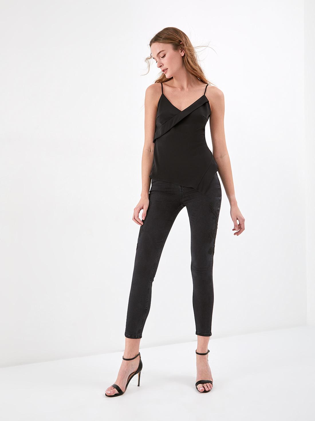 Зауженные джинсы с вышивкой