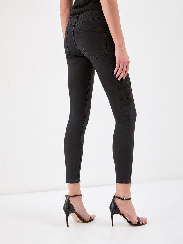 Зауженные джинсы с вышивкой вид сзади