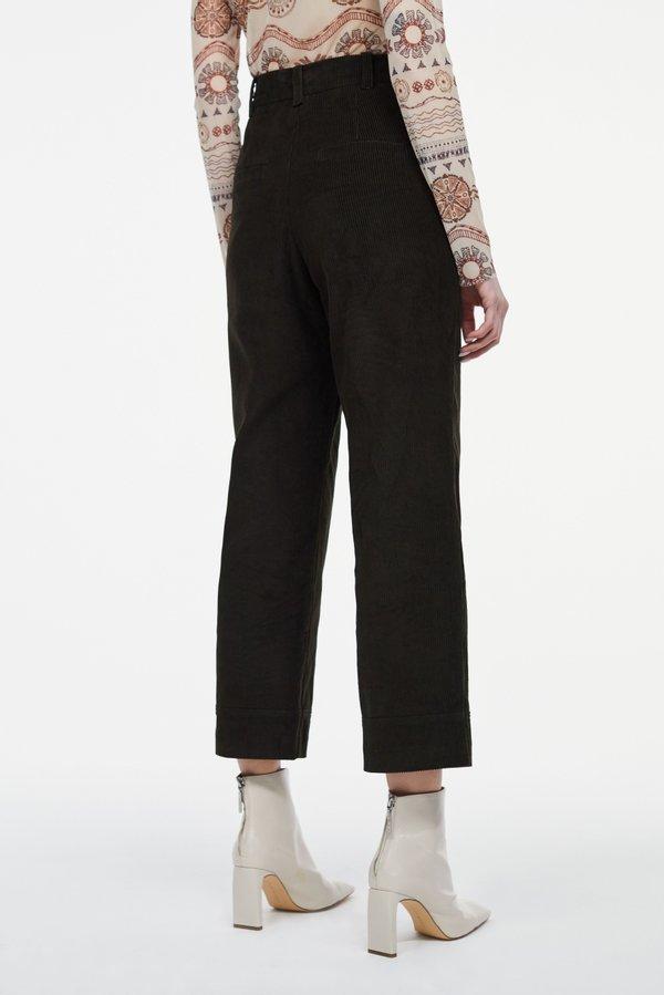 Укороченные брюки вид сзади