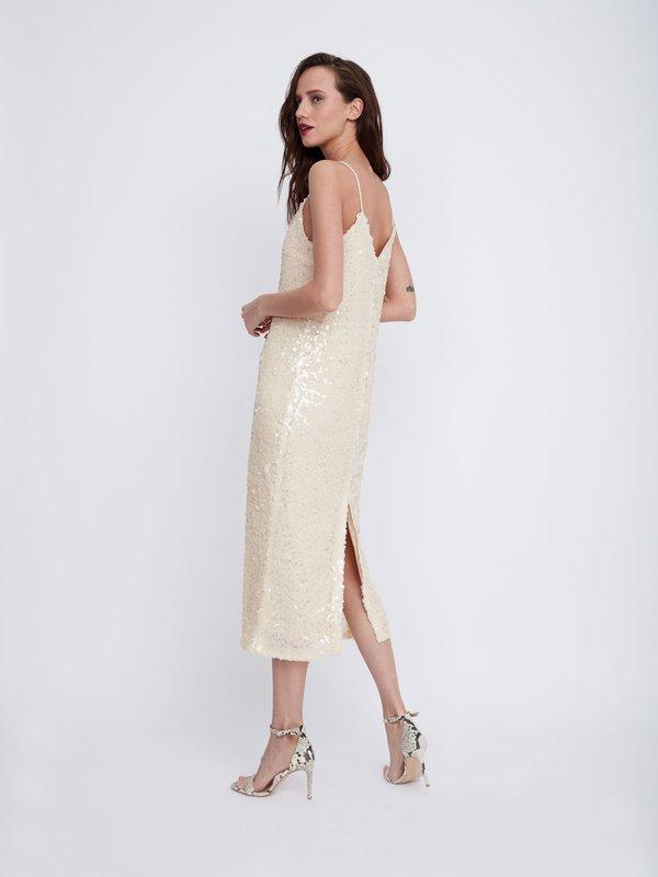 Платье на тонких бретелях с пайетками вид сзади