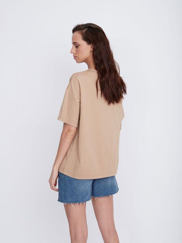 Базовая футболка с контрастной надписью вид сзади