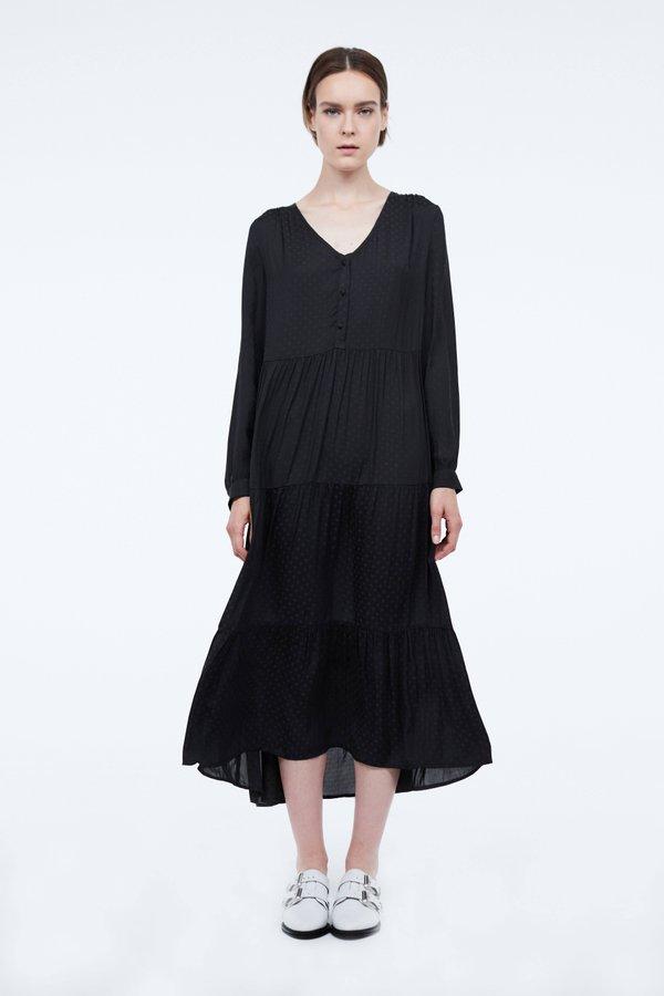 Платье прямого силуэта с оборками