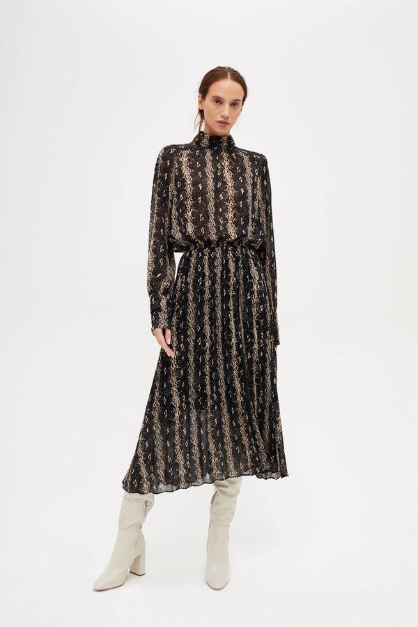 Приталенное платье с воротником-стойка