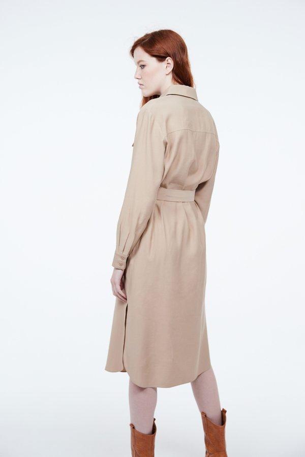 Платье-рубашка с поясом вид сзади