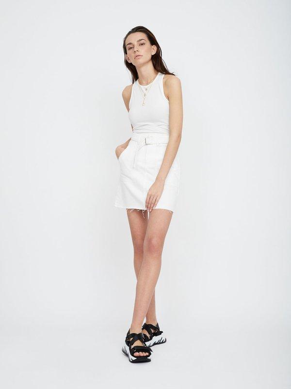 Джинсовая юбка с накладными карманами и с поясом  цвет: небелёное полотно