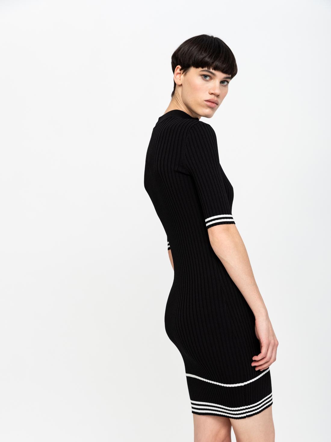 Платье с воротником-стойка