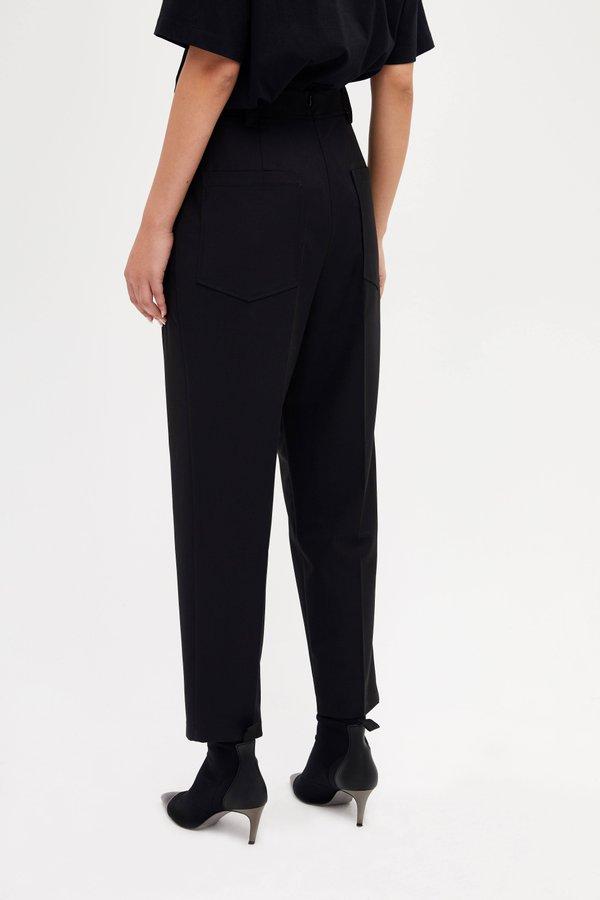 Укороченные брюки с высокой посадкой вид сзади