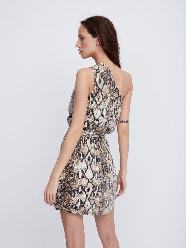Платье с открытым плечом вид сзади