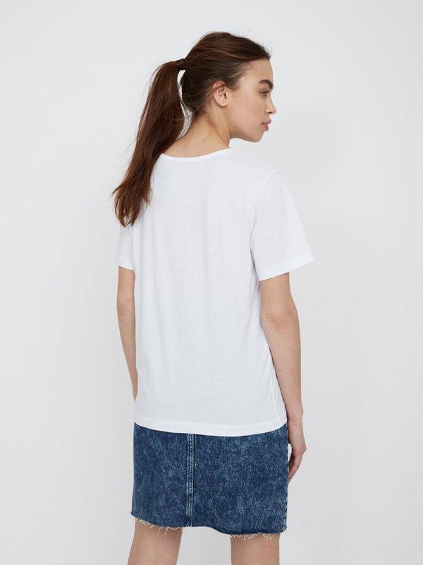 Базовая футболка с ярким принтом вид сзади