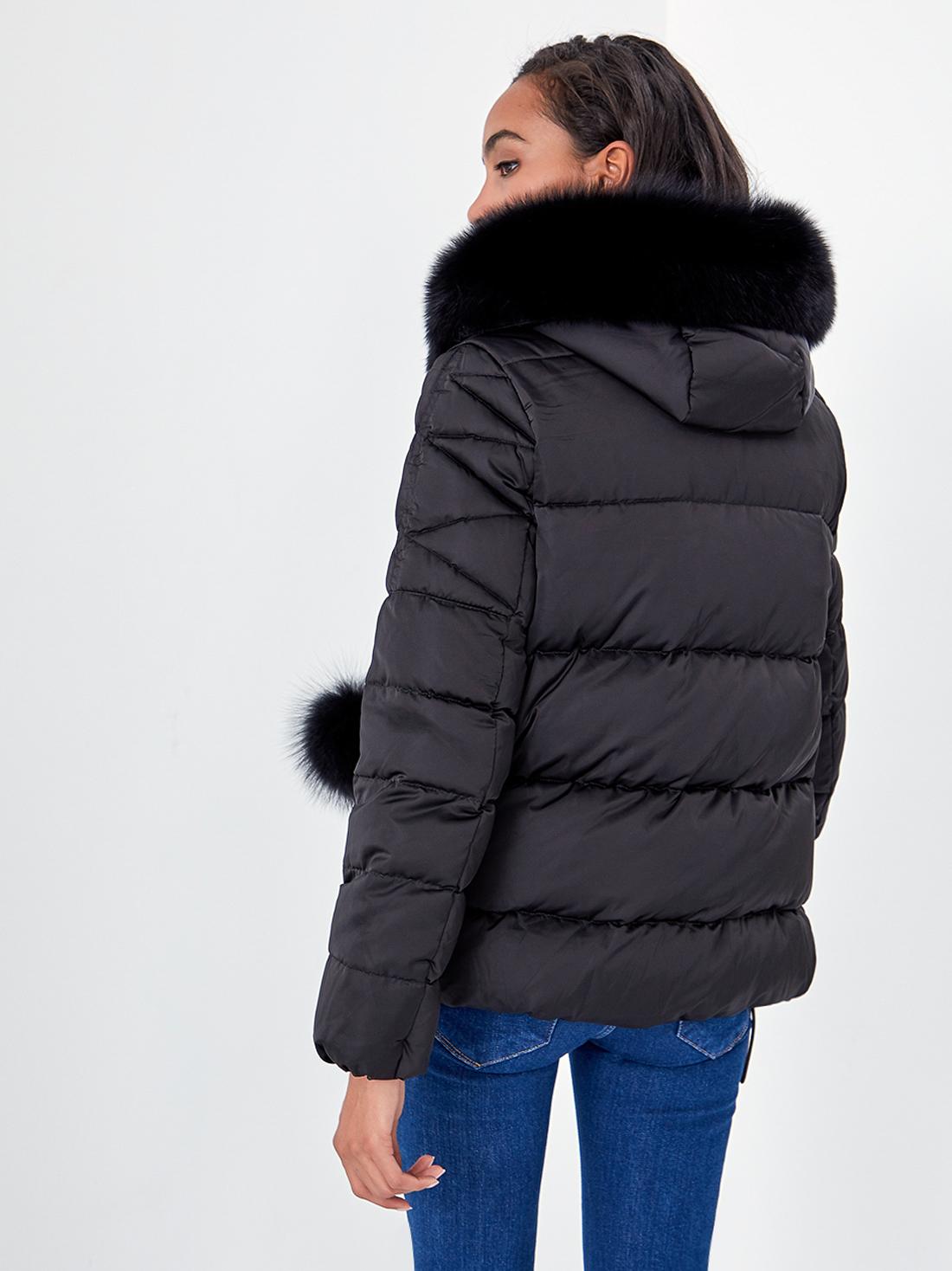 Укороченная куртка с меховым капюшоном
