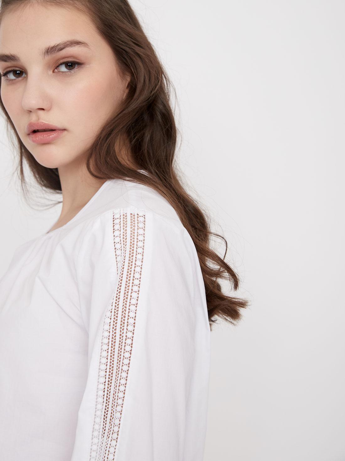 Хлопковая блузка с кружевными вставками