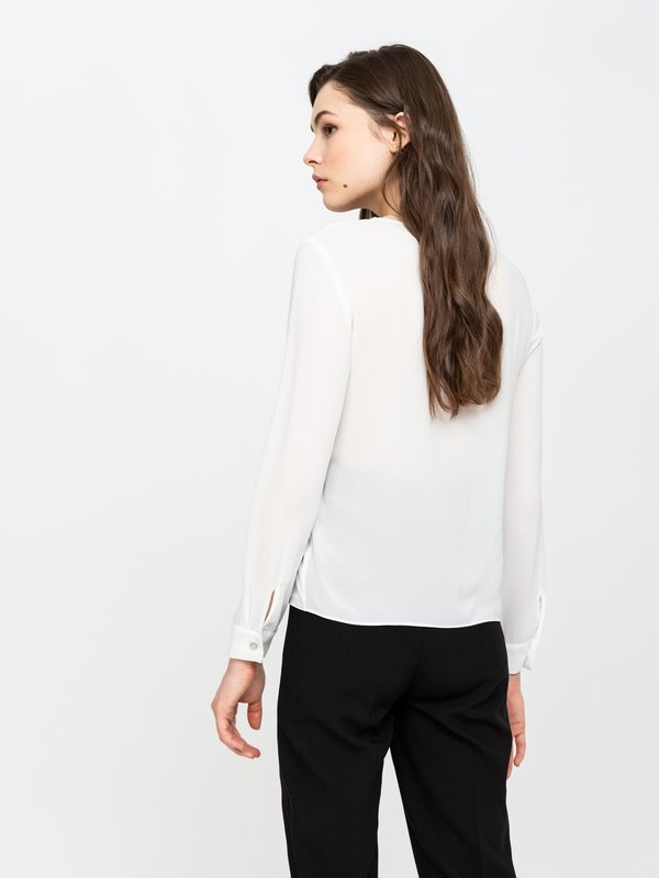 Блузка с оригинальным декором вид сзади