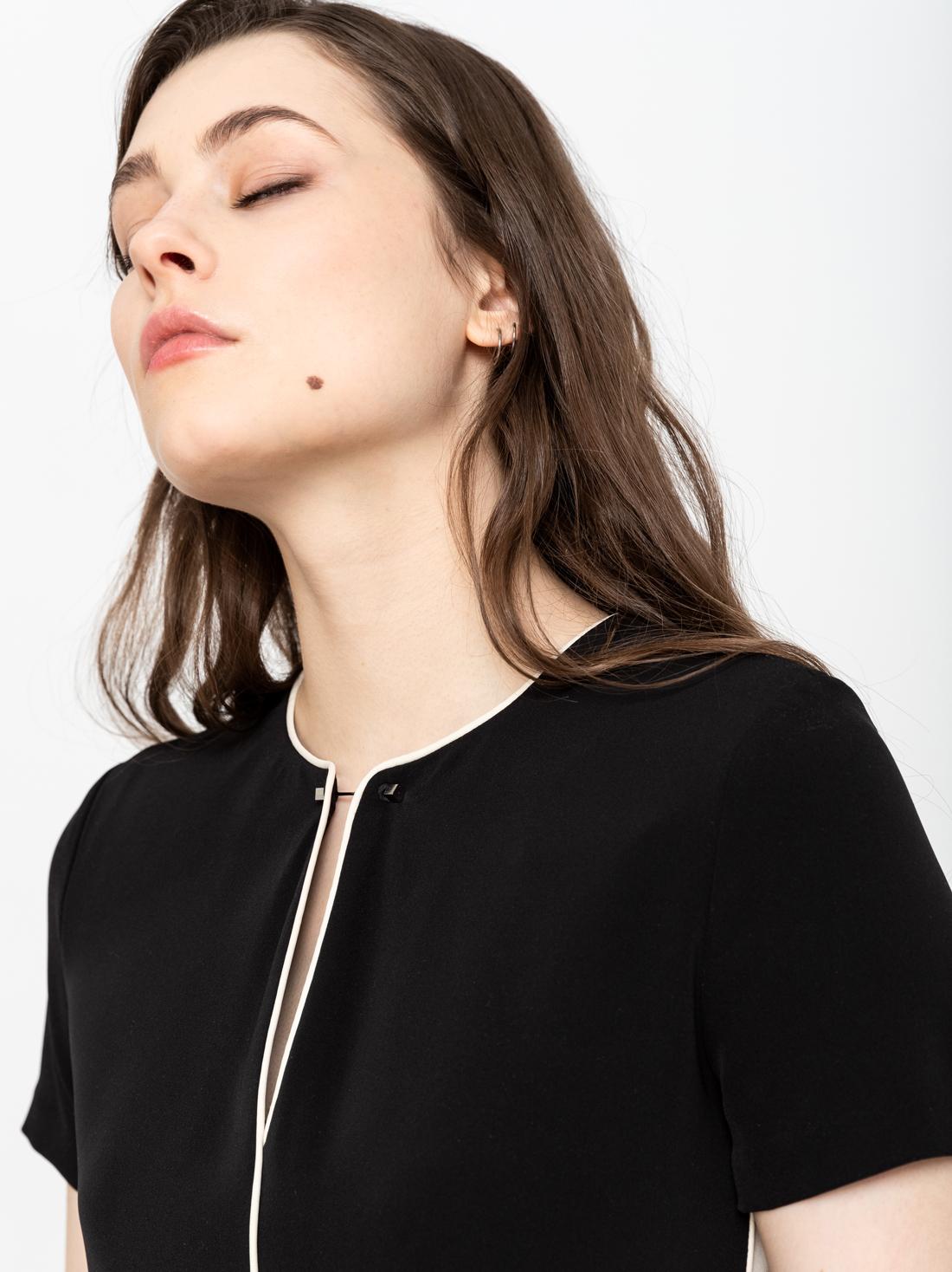 Платье с контрастными лампасами