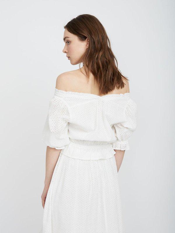Блузка с открытыми плечами и эластичным низом вид сзади