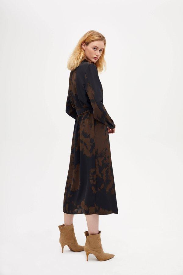 Платье с принтом тай-дай вид сзади
