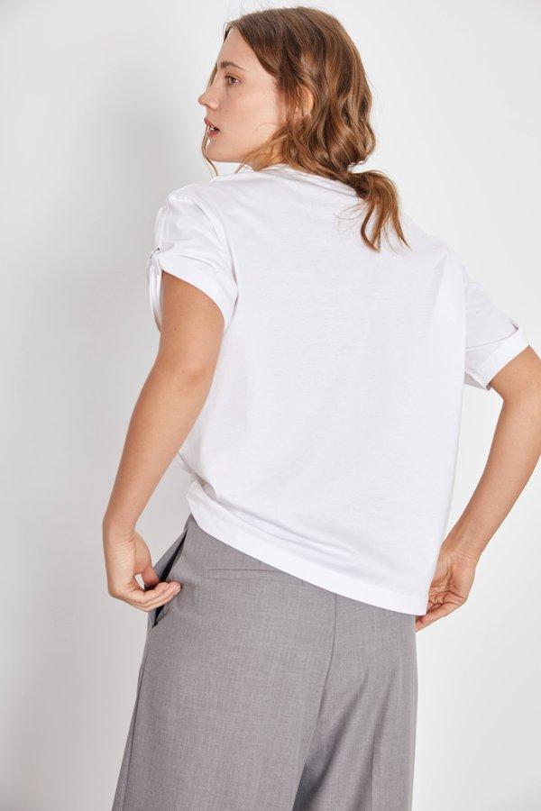 Однотонная футболка вид сзади