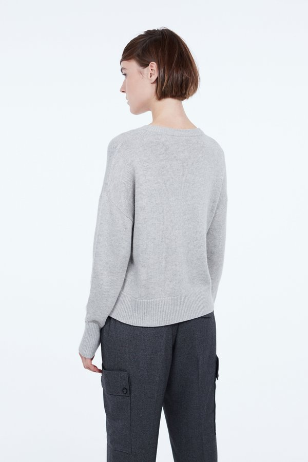 Джемпер с широкими манжетами вид сзади