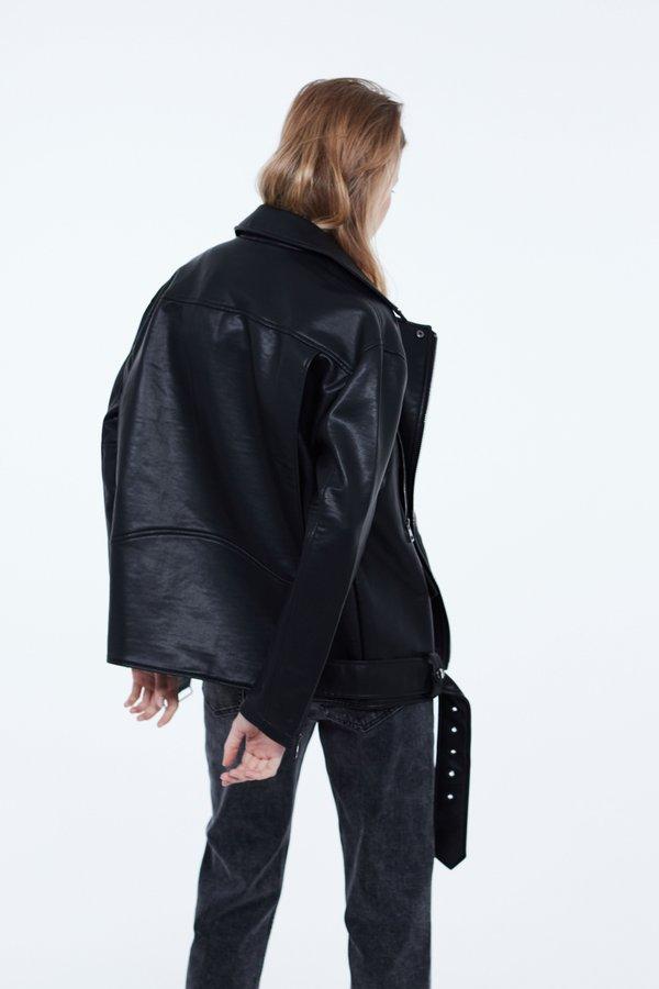 Куртка с металлическими молниями вид сзади