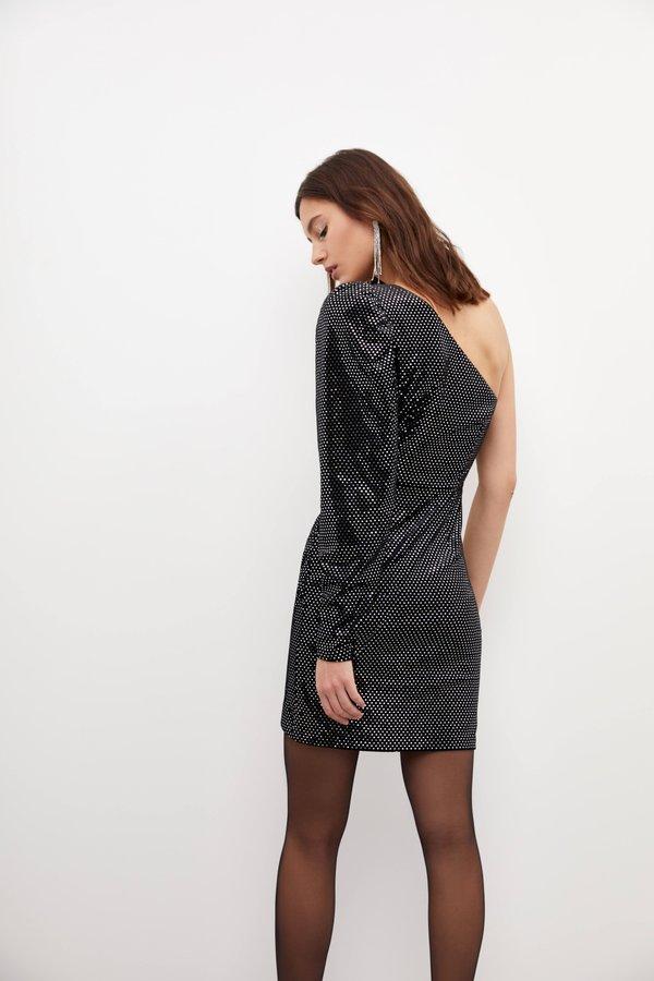 Асимметричное платье с открытым плечом вид сзади