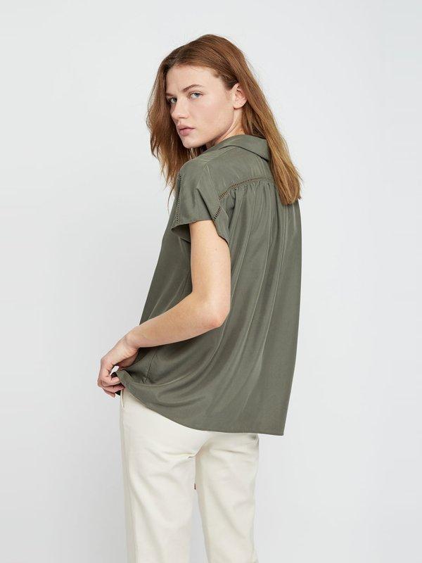 Рубашка со скрытой пуговичной планкой вид сзади