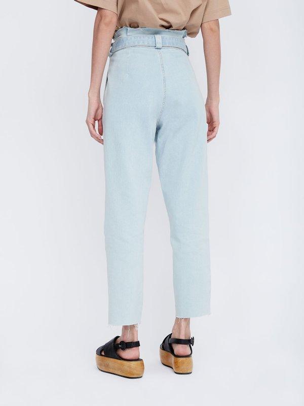 Укороченные зауженные джинсы с поясом вид сзади