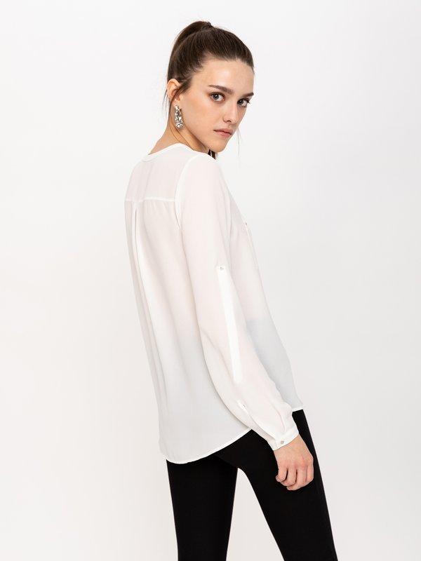 Блузка с нагрудными карманами вид сзади