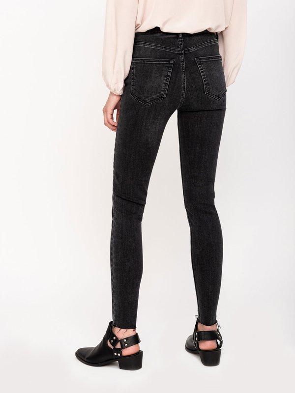 Укороченные джинсы вид сзади