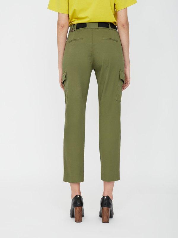 Зауженные брюки с карманами  вид сзади