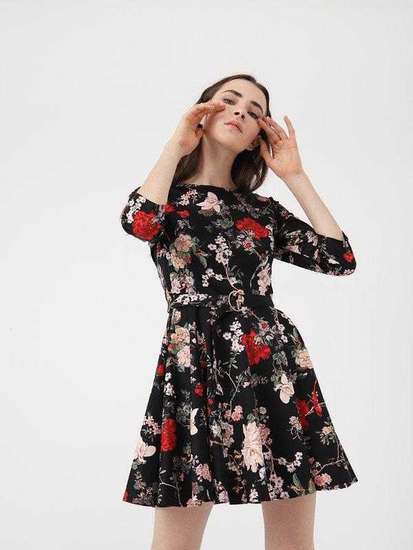 Приталенное платье с поясом