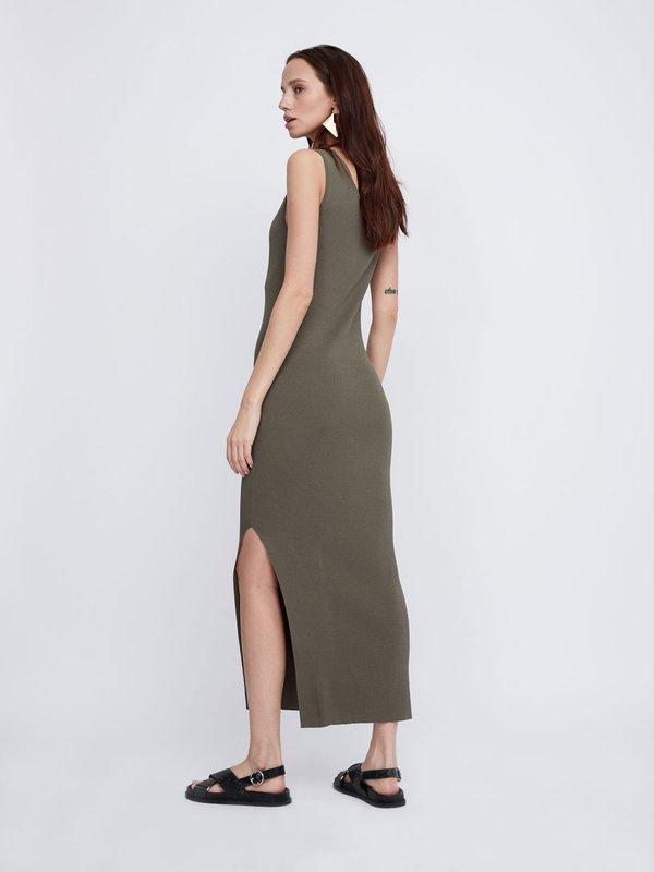Платье с боковым разрезом вид сзади