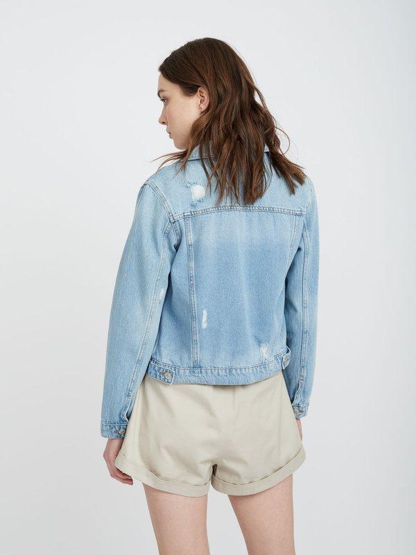 Джинсовая куртка с потертостями вид сзади