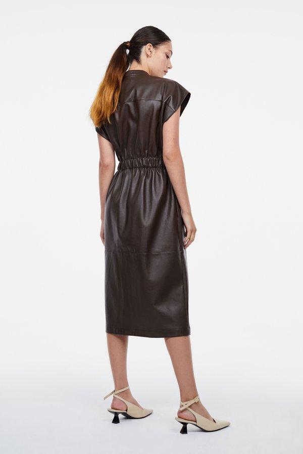 Платье с разрезом вид сзади