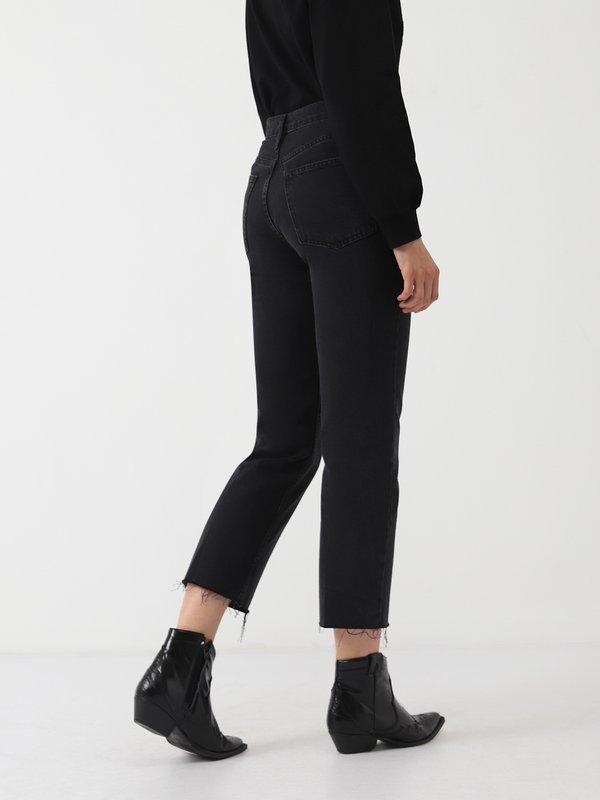 Прямые джинсы с необработанным краем низа вид сзади