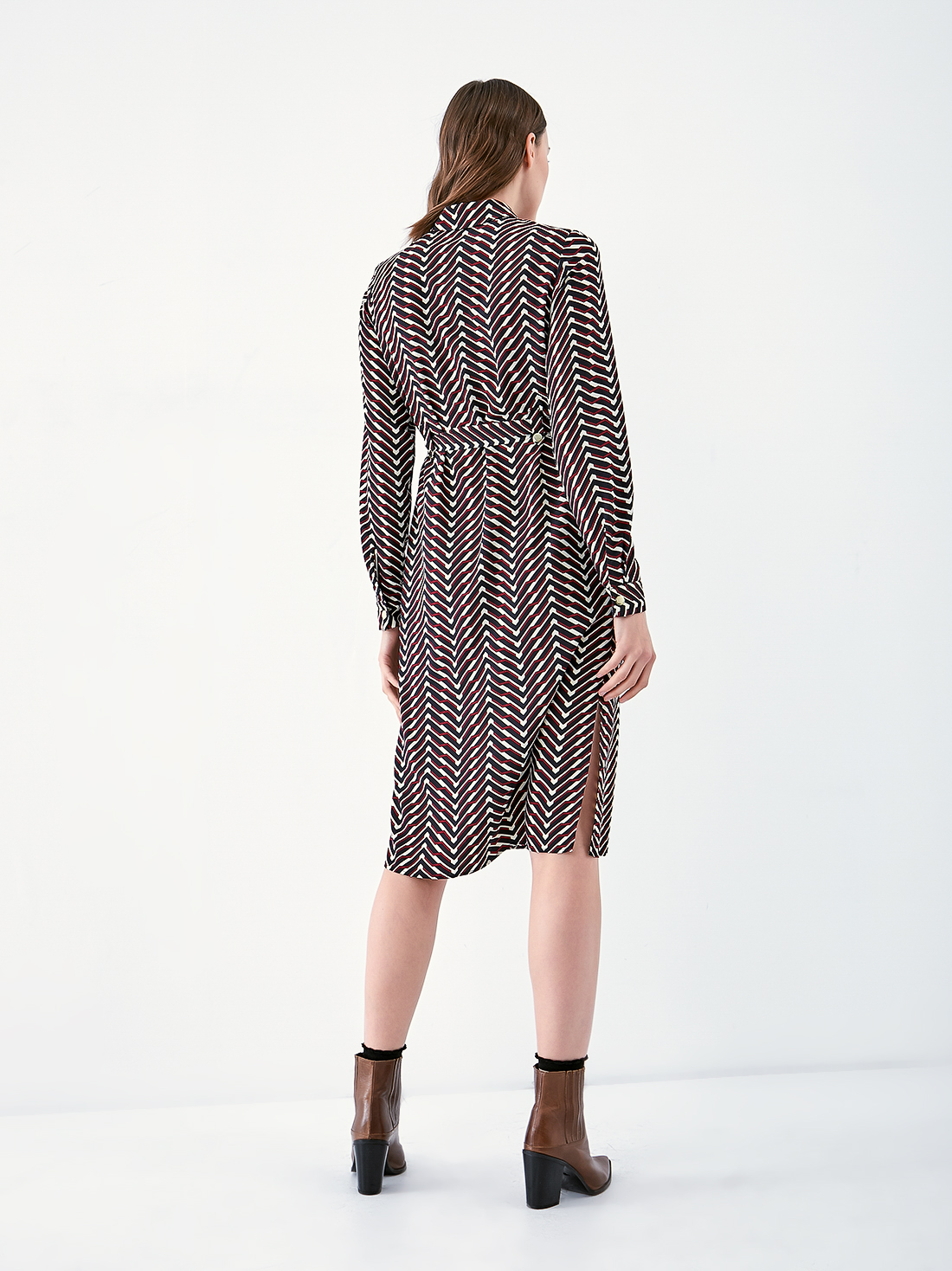 Платье - рубашка с геометрическим принтом