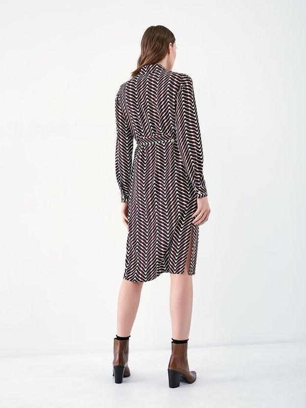 Платье - рубашка с геометрическим принтом вид сзади