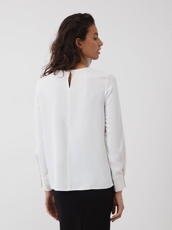 Блузка с вертикальными складками спереди вид сзади