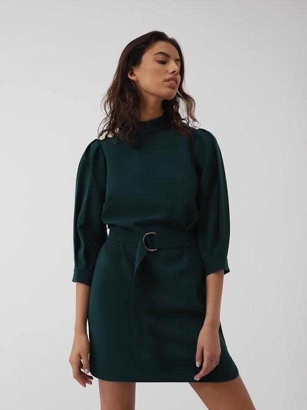 Платье со складками на рукавах