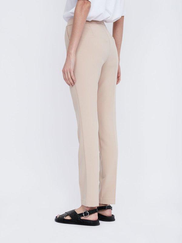 Классические брюки вид сзади