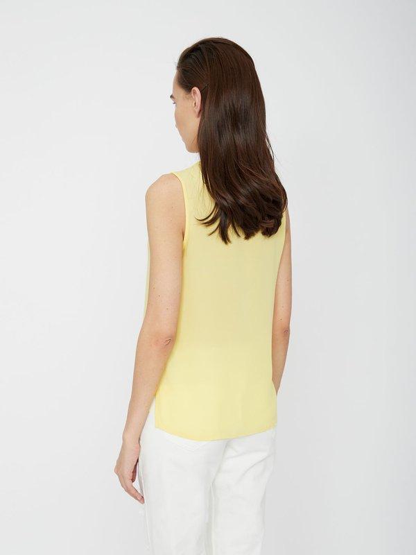 Блузка с V-образным вырезом вид сзади