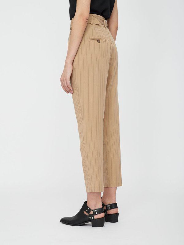 Зауженные брюки с высокой посадкой вид сзади