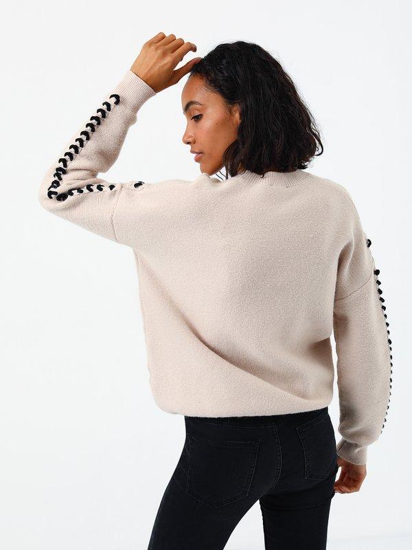 Джемпер с декоративной шнуровкой  вид сзади