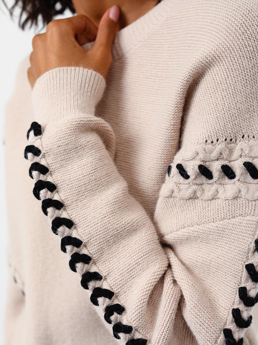 Джемпер с декоративной шнуровкой