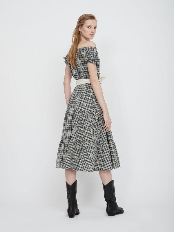 Платье с открытыми плечами вид сзади