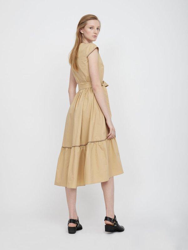 Платье с оборками на юбке вид сзади