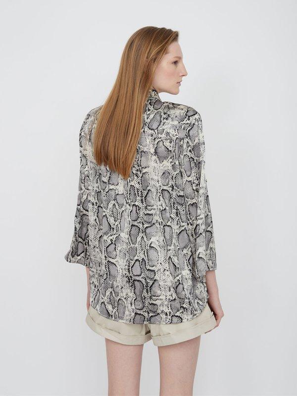 Рубашка с анималистическим принтом вид сзади