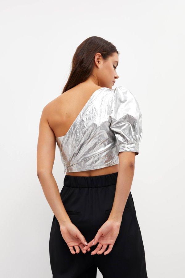 Укороченная блузка с открытым плечом вид сзади